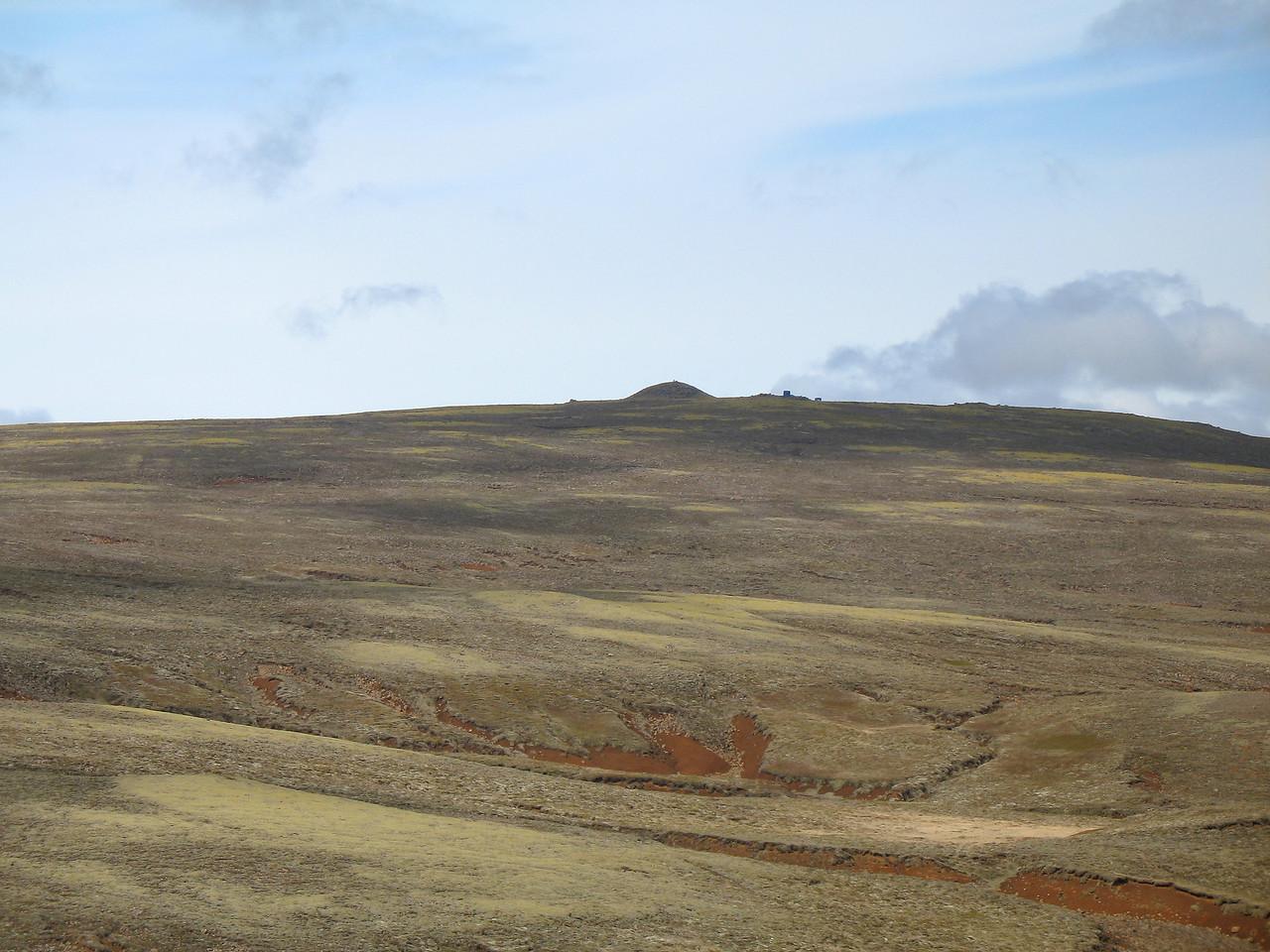 Inghóll í fjarska, til hægri við hann má greina gámana ljótu.