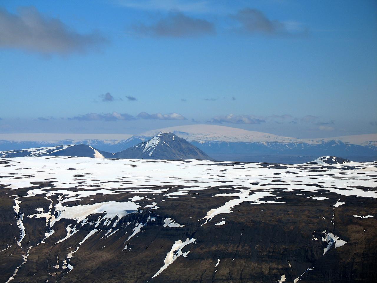 Handan Teigsfjalls er Baula, fjær sjást Langjökull, Eiríksjökull og Strútur.