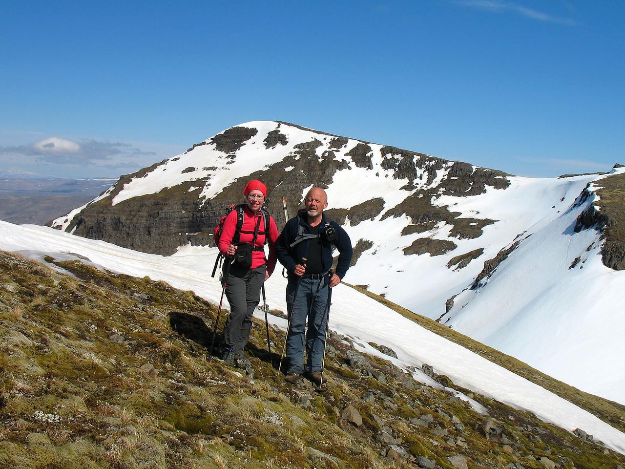 Gerður og Leifur með Tröllakirjuna í baksýn. Myndin er tekin í hlíð eins af Smjörhnjúkunum.