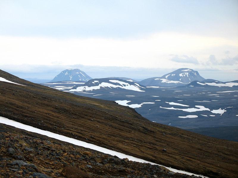 Byrjaðir að hækka okkur utan í Háhyrnu, horft til suðurs. Syðri-Háganga til vinstri, Nyrðri-Háganga til hægri. Fjallið milli þeirra veit ég ekki hvað heitir.