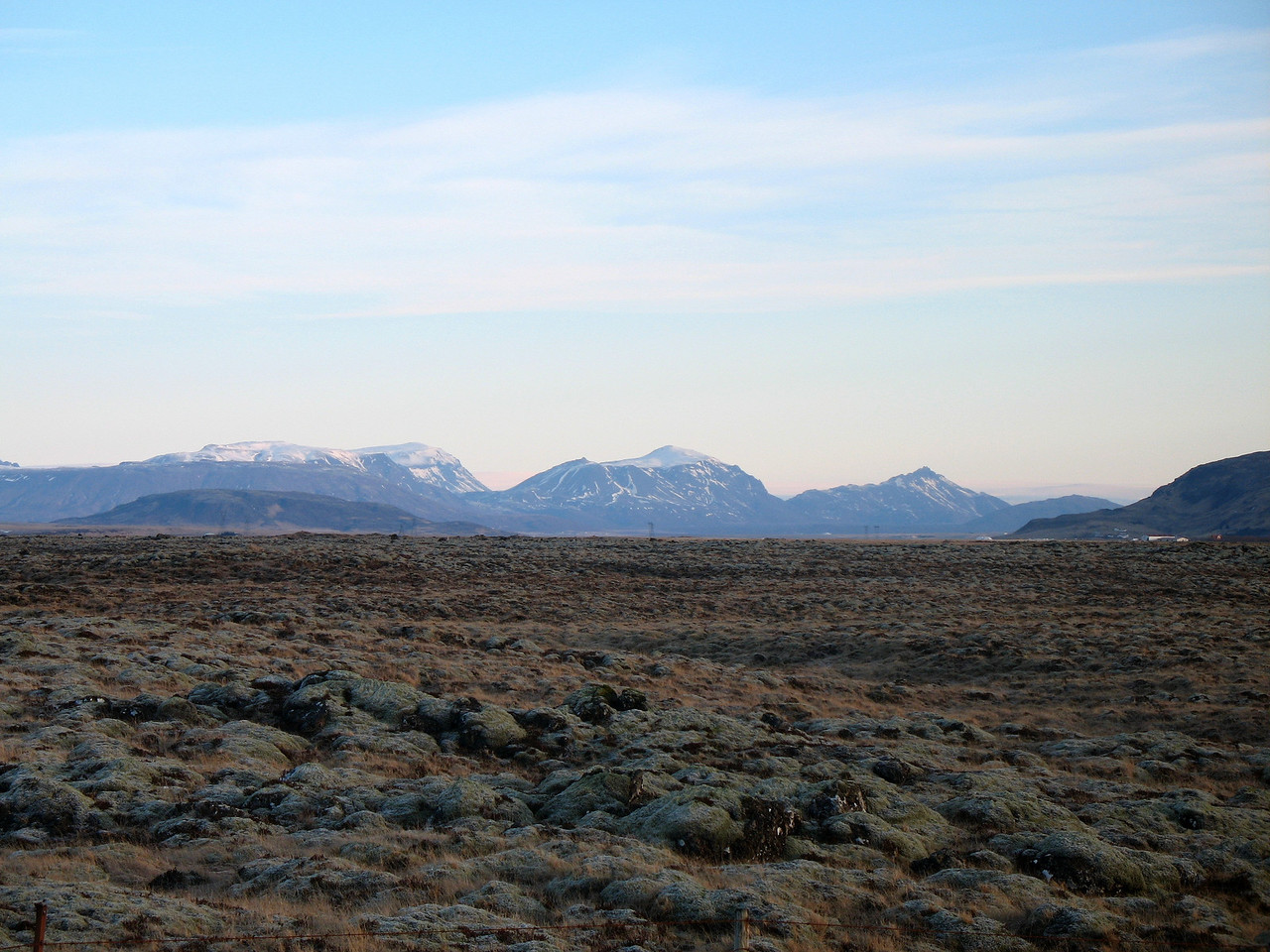Horft út um bílgluggann. Við himin ber Rauðafell, Hlöðufell (rennur saman við Rauðafell), Högnhöfða og Kálfstind. Lengst til hægri sést svo í öxlina á Vörðufelli.