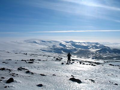 Vetrarstemmning! Hér sést ennþá betur í toppinn á Hlöðufelli gægjast yfiur vinstri öxl Geitlandsjökuls.