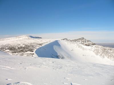 Hátindur Hafrafells til vinstri - hér stöndum við á brún misgengisins sem við síðan þurftum að krækja fyrir.