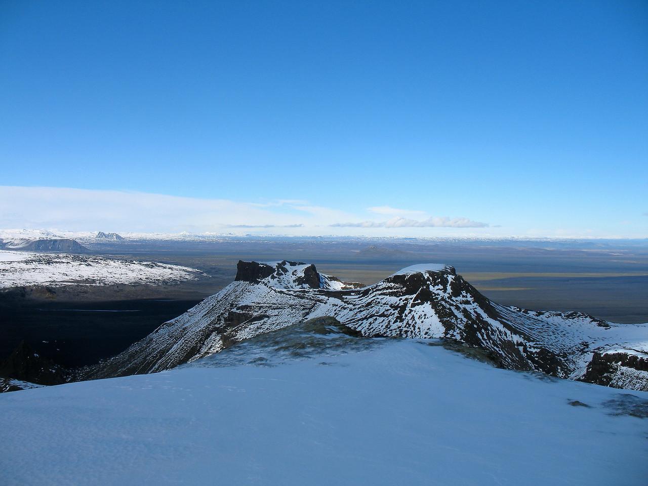 Útsýni til norðausturs af tindi Skálarfjalls. Næst er Kistufell. Vinstra megin í mynd, handan Höfðabrekkujökuls (eða Kötlujökuls), má greina Einhyrning bera við himin, Sandfell nær.