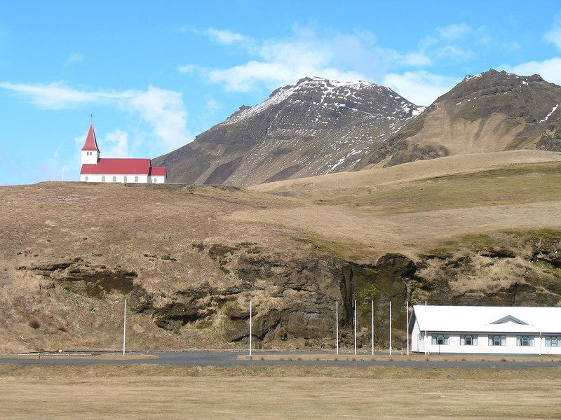 Litið til Höttu frá vegasjoppunni í Vík.
