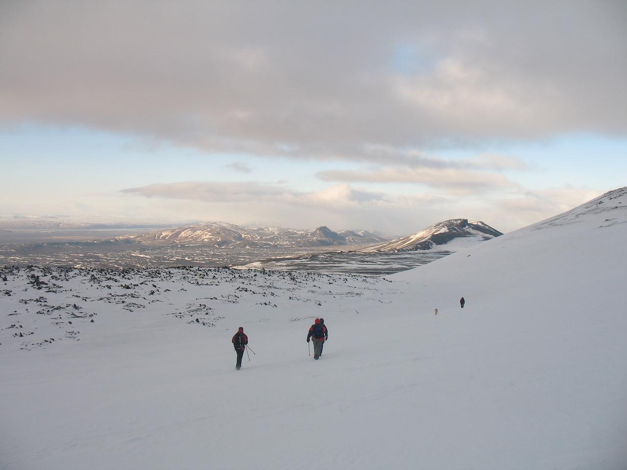 Á niðurleið, í baksýn Valafell, Valahnjúkar og Hestalda