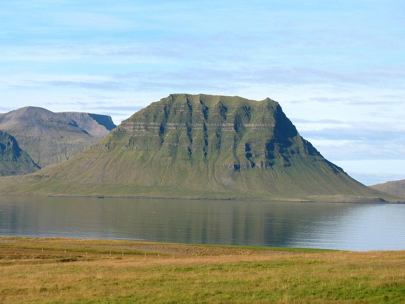 Kirkjufell í allri sinni dýrð! Uppgönguleiðin er að mestu vestan (hinum) megin í fjallinu - en efsta brekkan er þó hérna megin.
