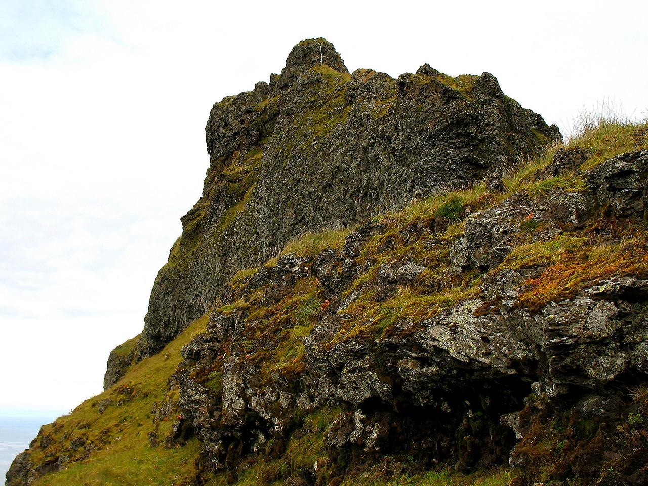 Fyrir neðan næstefsta kaðal færðum við okkur aftur yfir á vesturhliðina, hér sést efsti kaðall, sá næstefsti er á bak við klettinn sem sjá má á miðri mynd.
