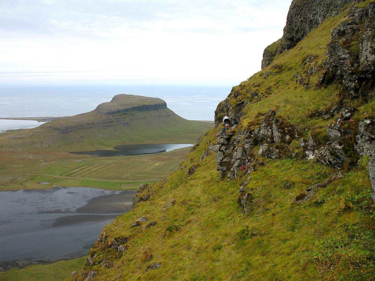 Þóroddur og Gerður skera hlíðina að næsta niðurgöngustað.