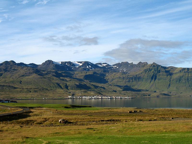 Þorpið í Grundarfirði kúrir hér undir Helgrindum.
