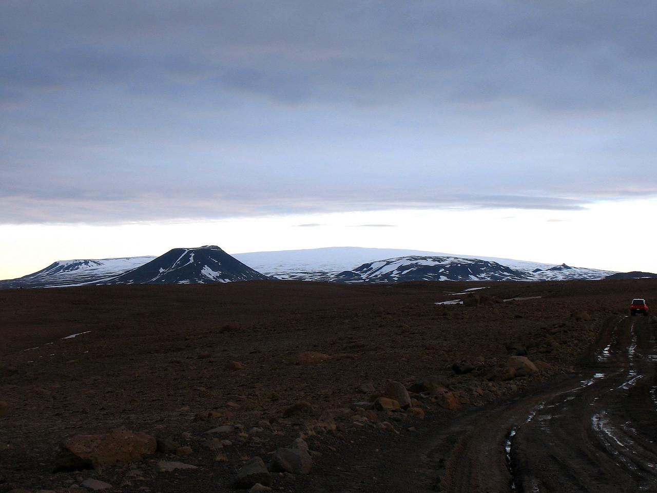 Okið í baksýn. Lengst til vinstri Oköxl, þá Fanntófell, Lyklafell og loks Bræðravirki, litli titturinn sem stendur upp úr Okinu.