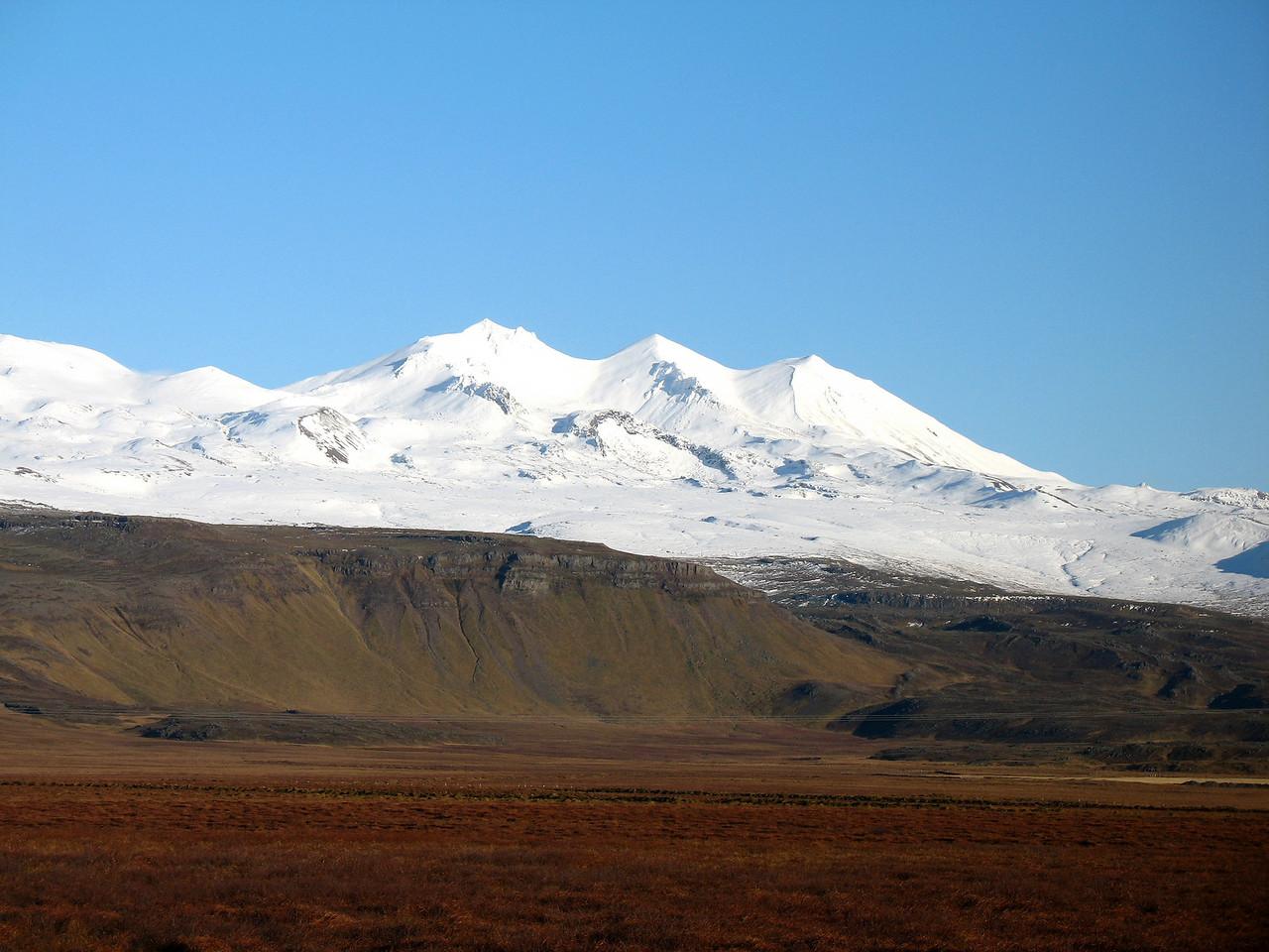 Miðtindur, Gráni og Bleikur - myndin var tekin út um bílgluggann rétt fyrir Vegamót.