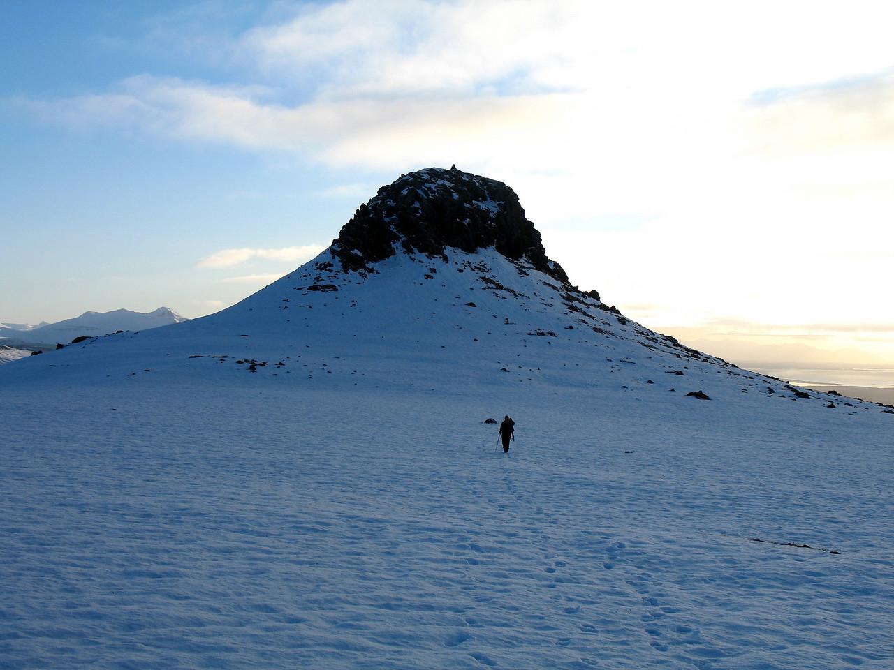 Haldið frá Geirhnjúki (sjáið vörðuna tróna á toppnum) í átt að Háakasti. Til vinstri sér til Hafrafells.
