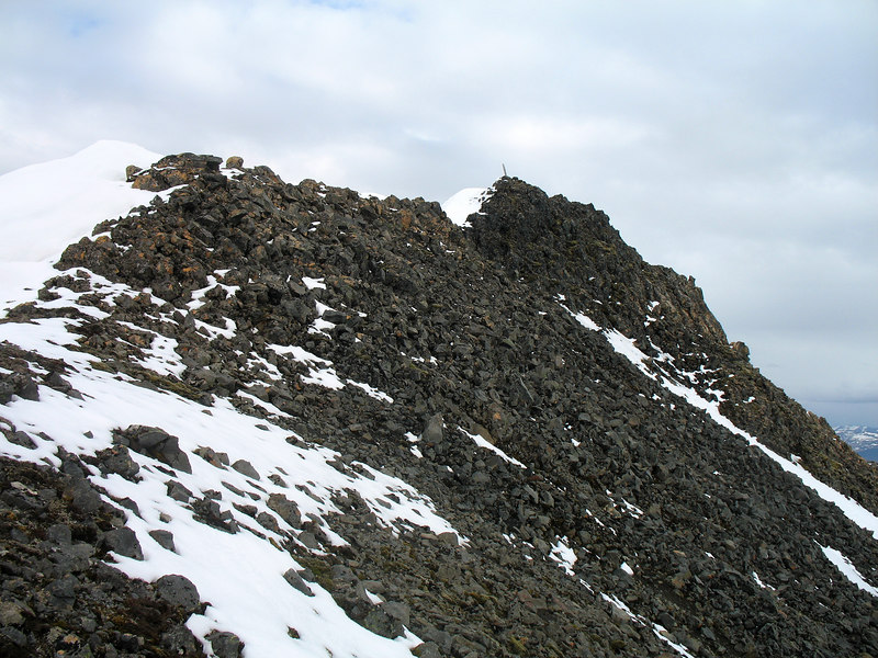 16:25 Hérna verður hlíðin dálítið grýtt, ekki þó svo að valdi vandræðum. Sér til stikunnar á toppi Skyrtunnu.