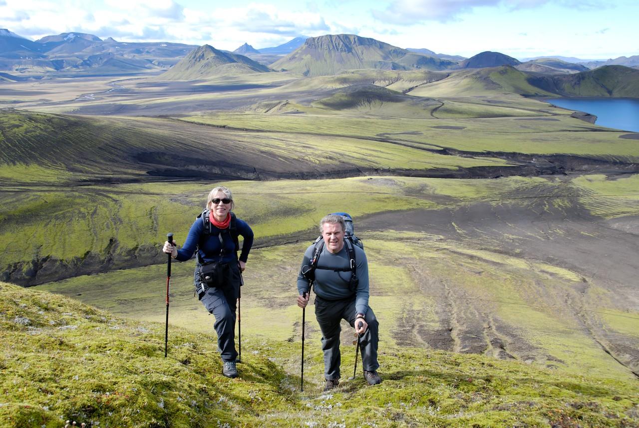 12:06 Fyrsta brekkan sigruð. Við sjóndeildarhring glittir í Rauðufossafjöll, Krakatind og Heklu.