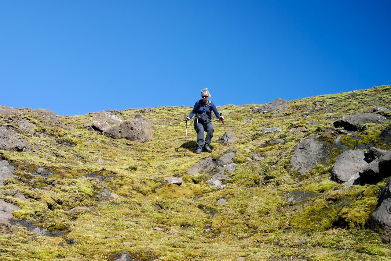 15:28 Gerður á leið niður bratta brekku.