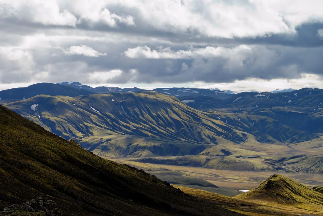 13:46 Fjallið sem ber við himin lengst til vinstri er Háskerðingur, síðan má sjá Söðul reka totu til himins, svo kemur Hrafntinnusker. Nær Mógilshöfðar.