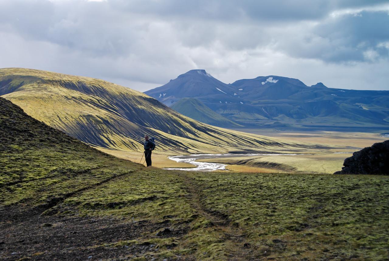 15:49 Gunnar með Rauðufossafjöll í baksýn, bíllinn var þarna undir hlíðinni.