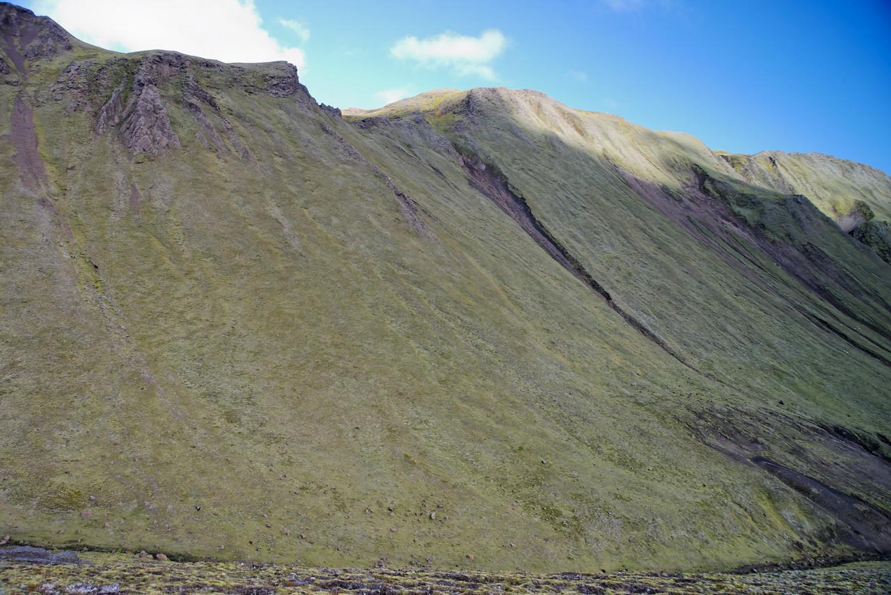15:45 Hér sést einmitt niðurleiðin, komum úr gilinu fyrir miðri mynd.
