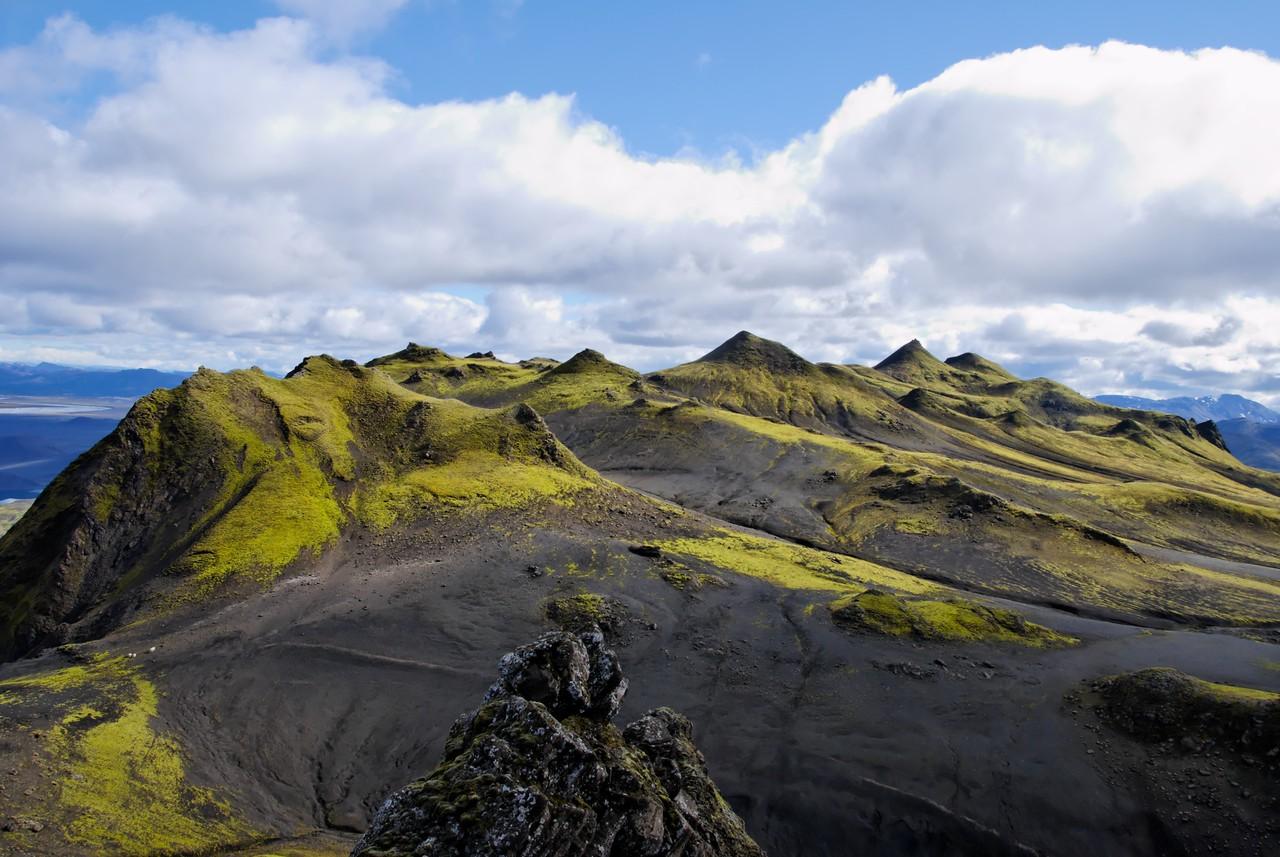 13:00 Horft norðaustur eftir Löðmundi, hæstu tindarnir fjærst (en við þræddum allar þúfur á leið okkar þangað!).