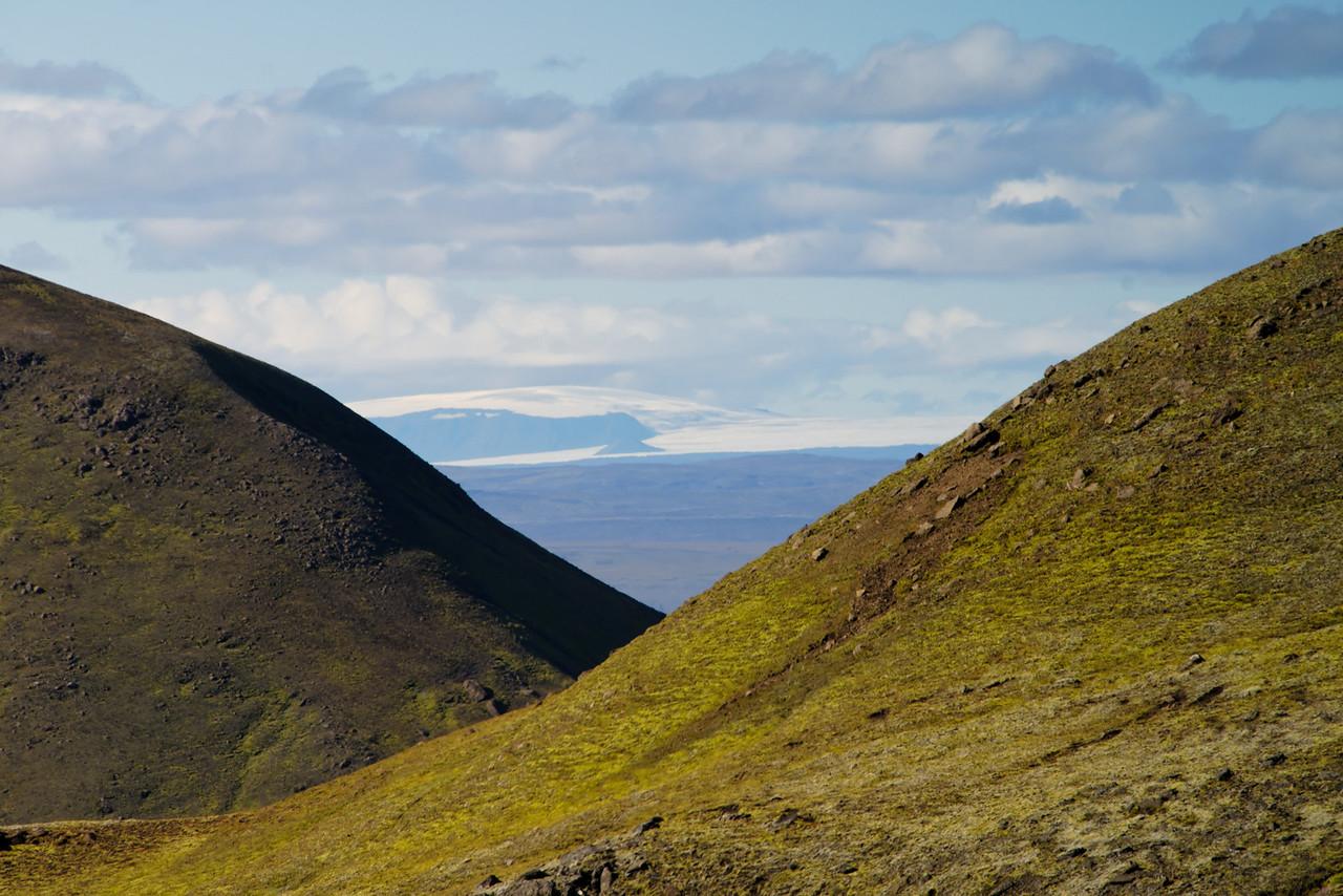 15:28 á milli tveggja fjalla gægjast Geitlandsjökull og uppáhaldsfjall Tindáta - Klakkur.