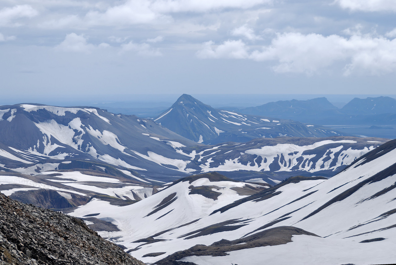Dagur 2, 12:06. Úr hlíð Háskerðins sést hér Meyjarstrútur (venjulega kallaður Strútur) - við hann Útivist skála.