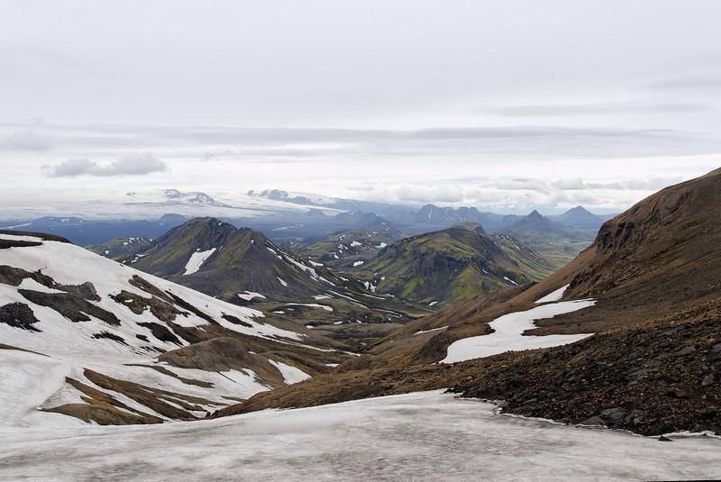 Dagur 2, 13:28. Nú er farið að sjást niður í gilið - og þarna blasa við Útigönguhöfði og Ófæruhöfði, milli þeirra liggur Hvanngil. Fjær sér suður á Emstrur.
