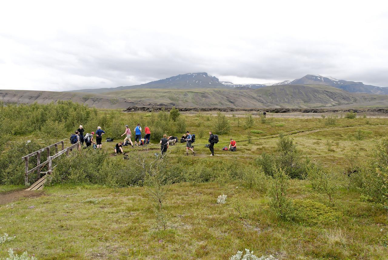 Dagur 4, 13:20. Brúin á Ljósá, tindfjöll í baksýn, farið að þykkna upp.