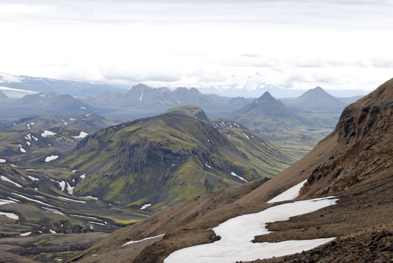 """Dagur 2, 13:28. Leið okkar mun liggja upp með vinstri brún myndarinnar, upp á """"haftið"""" sem sést hér vinstra megiun við Ófæruhöfðann. Fyrst þurfum við þó að komast niður af fjallinu."""
