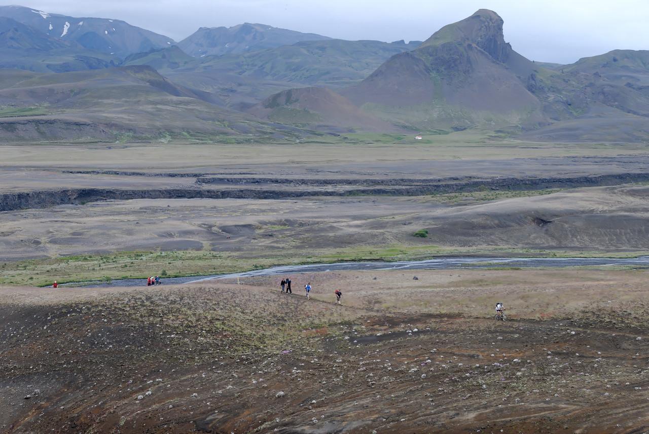 Dagur 4, 14:00. Hópurinn að komast á Kápuna, Einhyrningur í baksýn.