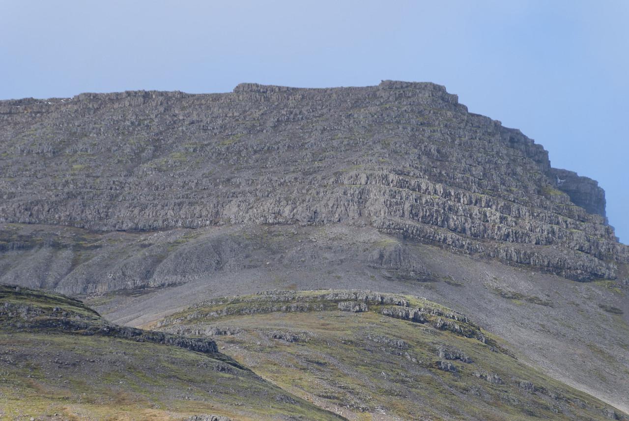 Suðausturhorn Kistufellsins, þarna er auðveld uppgönguleið þótt klettarnir virðist brattir að frá þessu sjónarhorni.