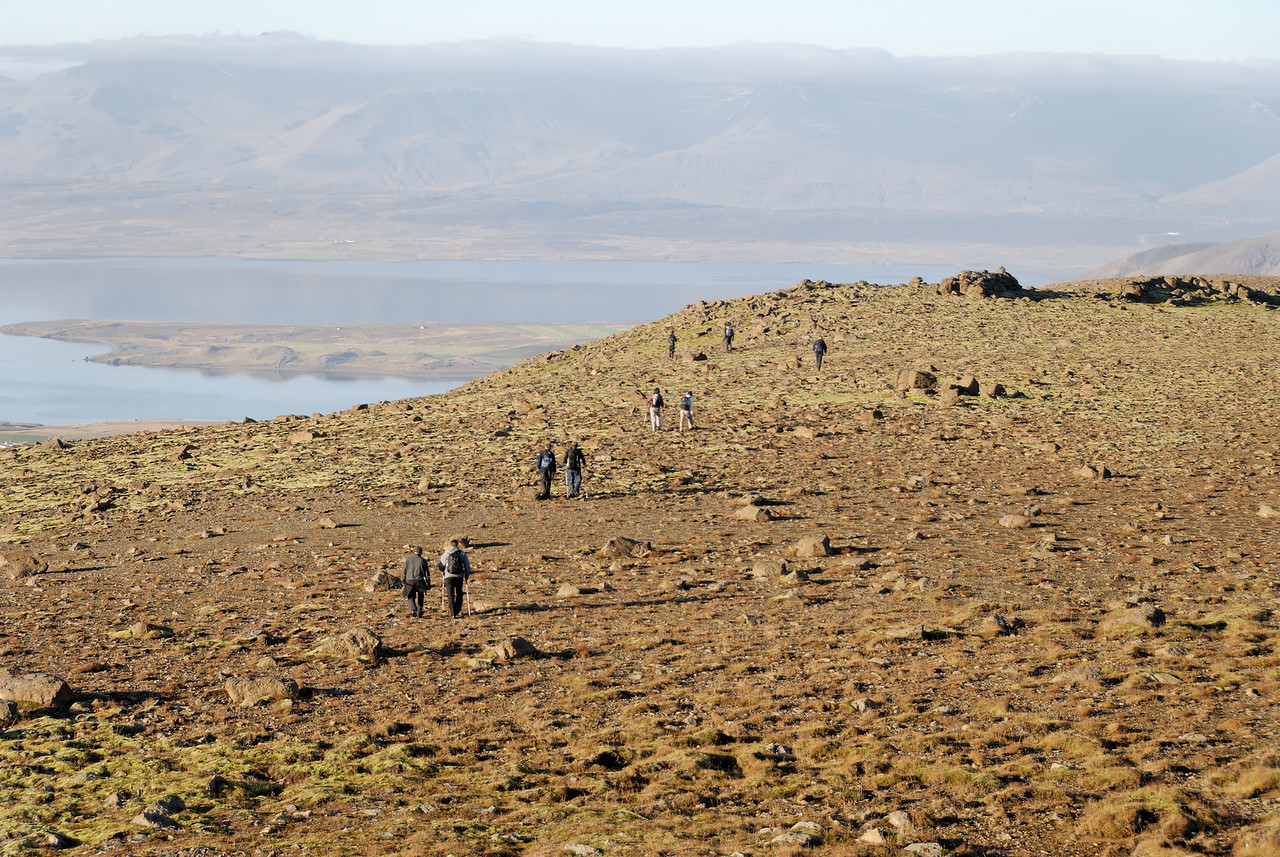 16:25 Þarna erum við sennilega komin fram á Nónbungu - Hvalfjörðurinn í baksýn.