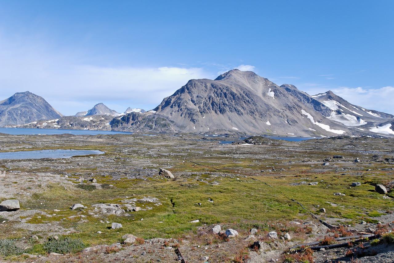 Dagur 1 10:26 (að staðartíma). Fyrsta fjallasýn við komu til Kulusuk, sennilega eru til margar myndir af þessu fjalli.