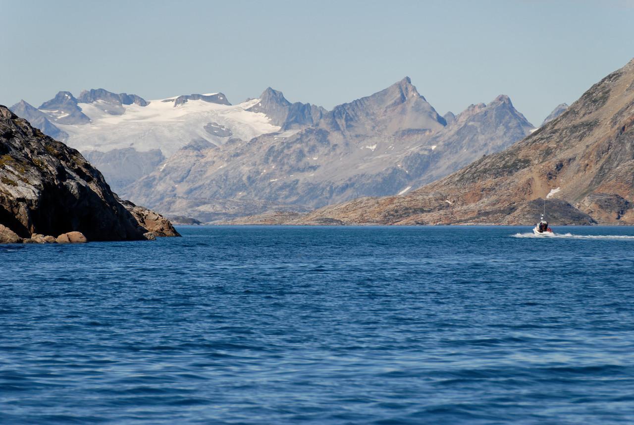 Dagur 1, 14:12. Grænlensk fjallasýn - þetta er nokkuð örugglega Apusiaajik jökullinn.