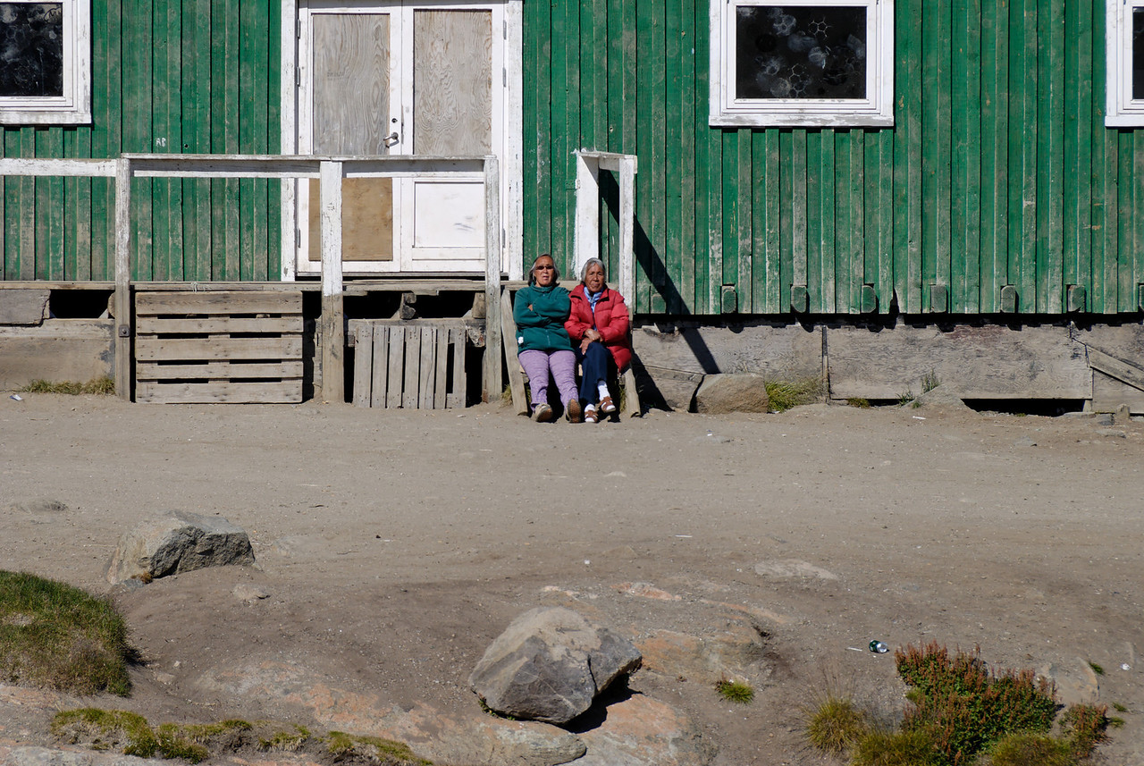 Dagur 1 11:29. Tvær innfæddar frúr fyrir framan félagsmiðstöðina (held ég, er svo sem ekki viss) í Kap Dan.