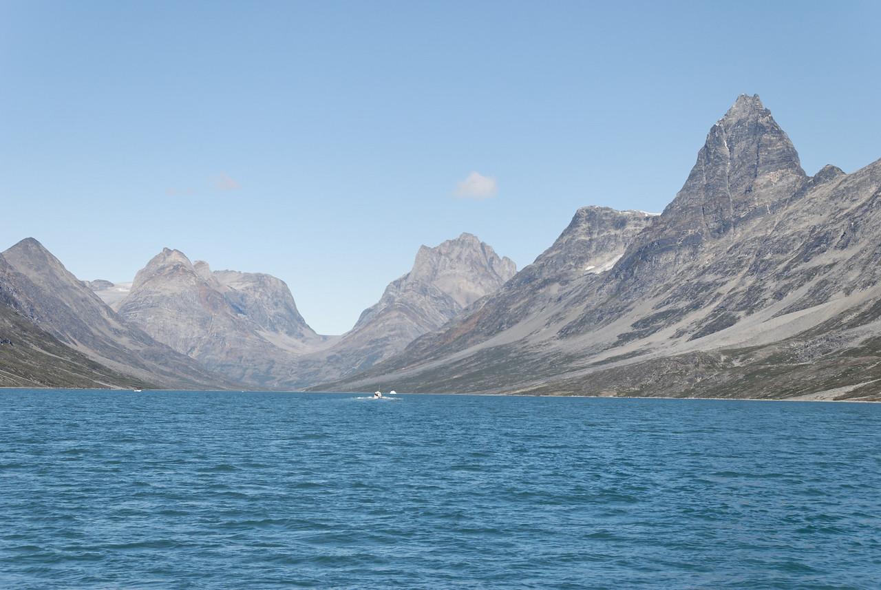 Dagur 2 11:38. Horft inn Qingertivaq, Sólarhliðið ('Solporten') fyrir miðri mynd.