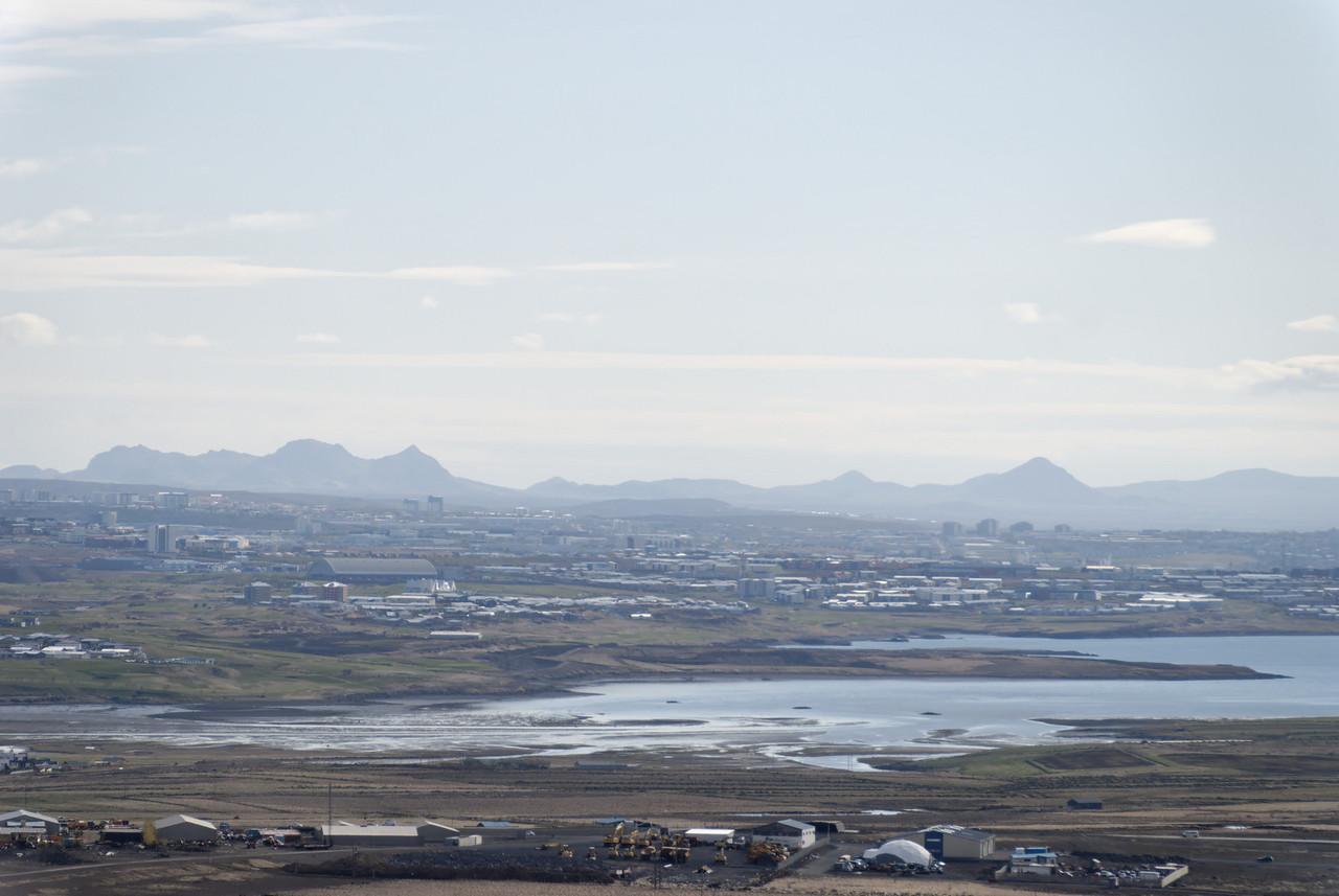 17:28 Yfir austurhluta höfuðborgarinnar sér til Sveifluháls, Grænudyngju, Trölladyngju og Keilis.