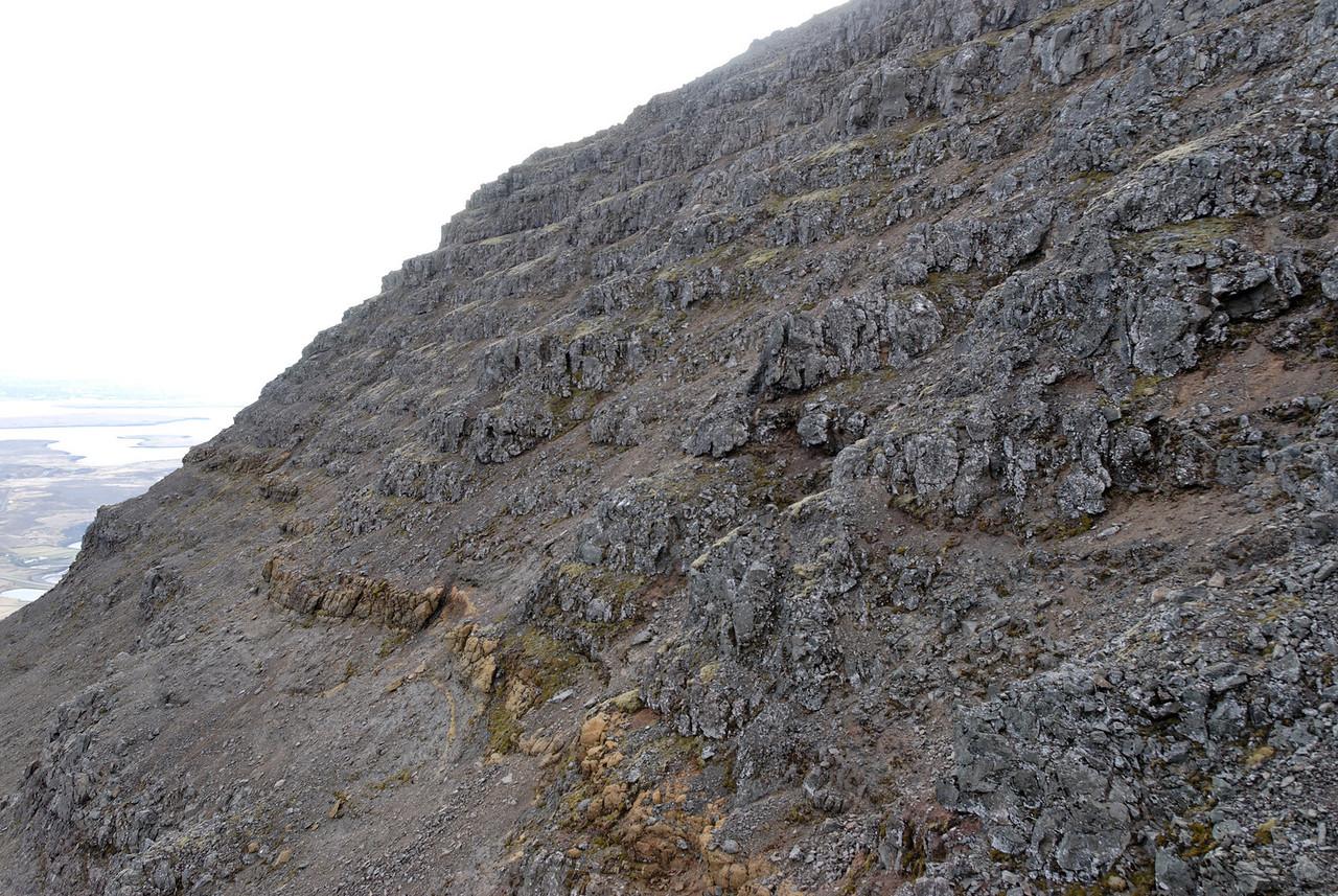 19:17 Liitið til suðvesturs út hlíð Kistufells, eins og sjá má væri ekkert mál að fara þarna upp klettana.