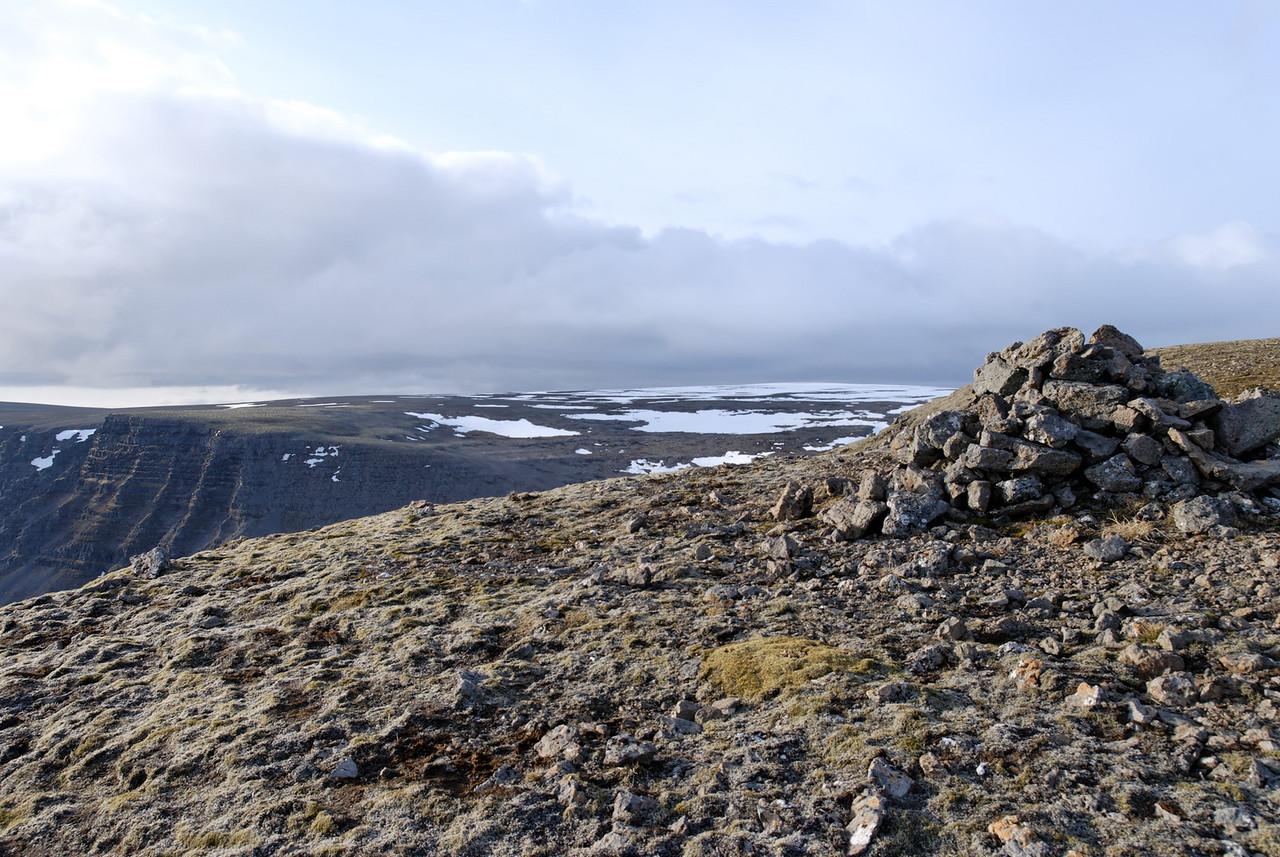 19:47 Varðan á suðvesturhorninu, Þverfell í baksýn.