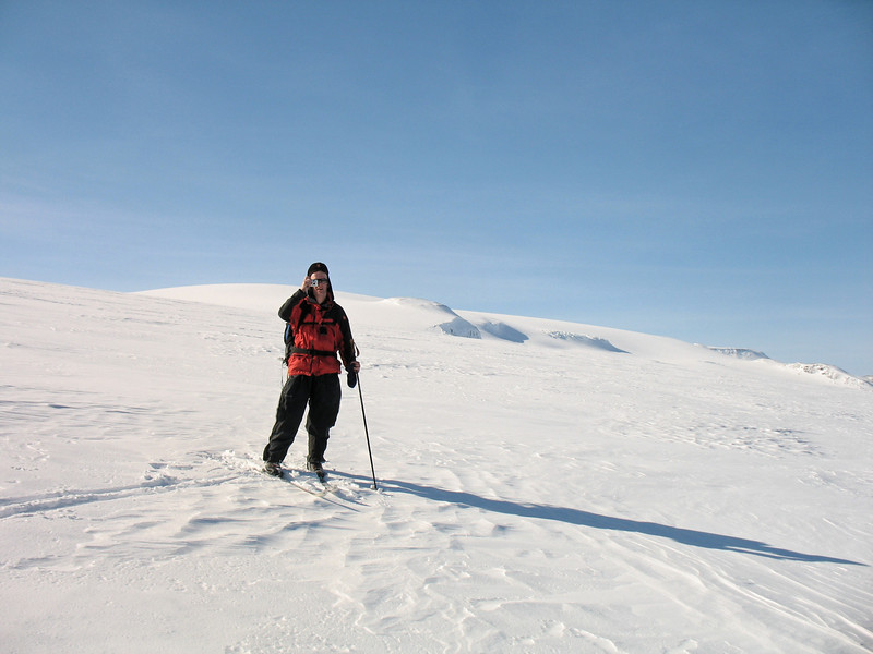 Tómas ljósmyndar, í baksýn er Geitlandsjökull baðaður sólskini. Hann dró á sig slæðu rétt á meaðn við vorum á toppnum, annars var hann hreinn.