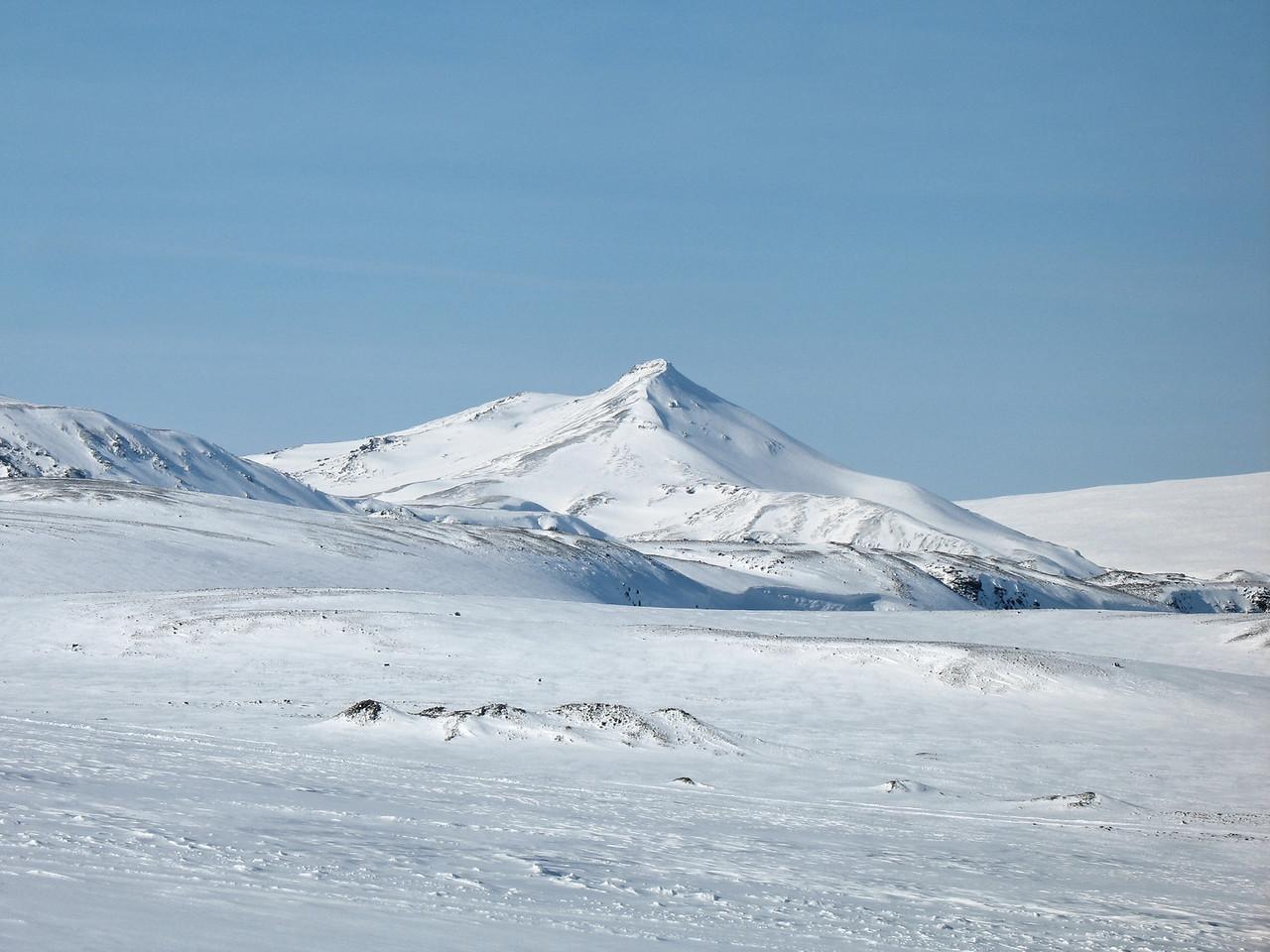 Hádegishnjúkur með nokkrum aðdrætti. Fallegt fjall og skemmtilegt að ganga á (sjá myndaalbúm frá maí 2006).