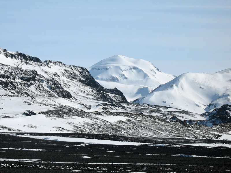 Á leið til baka náði ég þessari skemmtilegu mynd af Prestahnjúki þar sem hann gægist milli Hádegisfells og Hádegishnjúks.