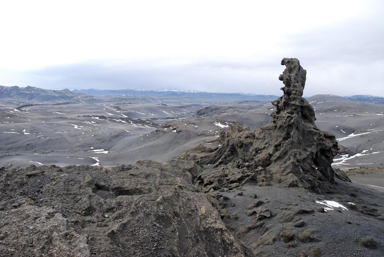 Dór, gönguleið okkar er þarna vinstra megin við klettinn.