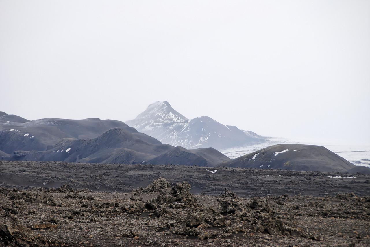08:32 Í naurðaustri grillir í hærri Kerlinguna, hún virðist innan seilingar en er ansi langt í burtu.