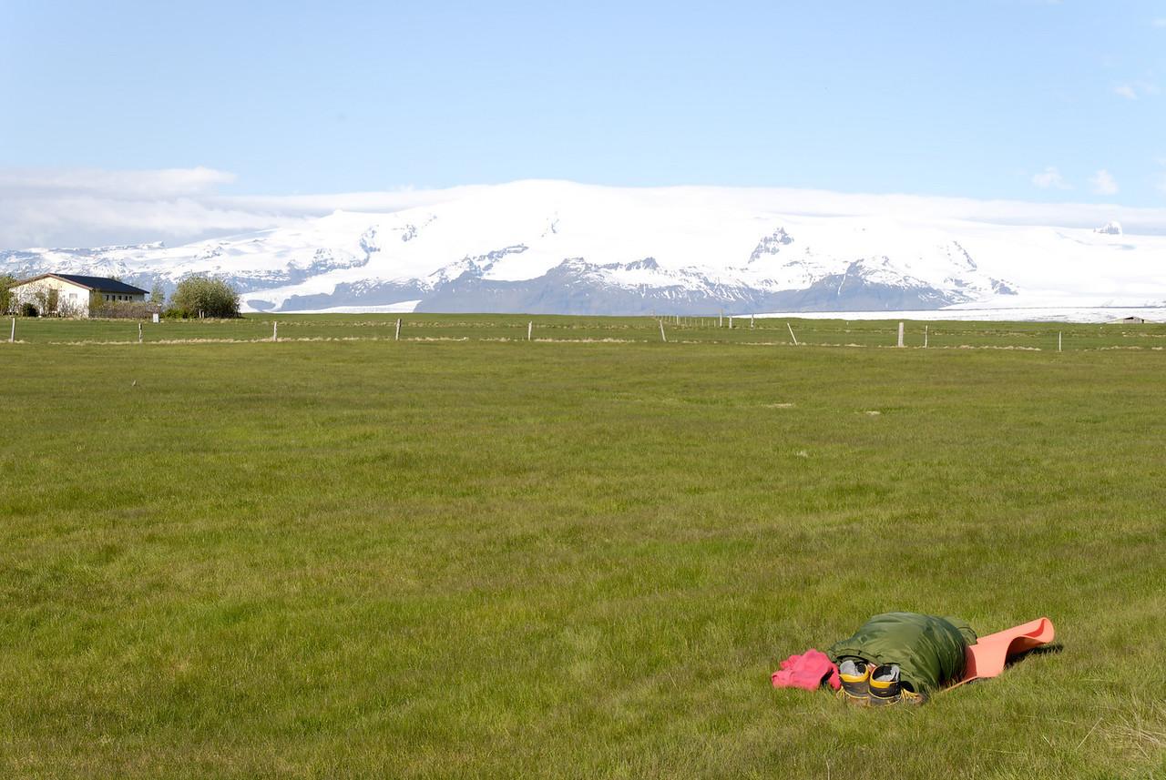 07:46 að morgni sunnudags, Eilífur sefur úti á túni.