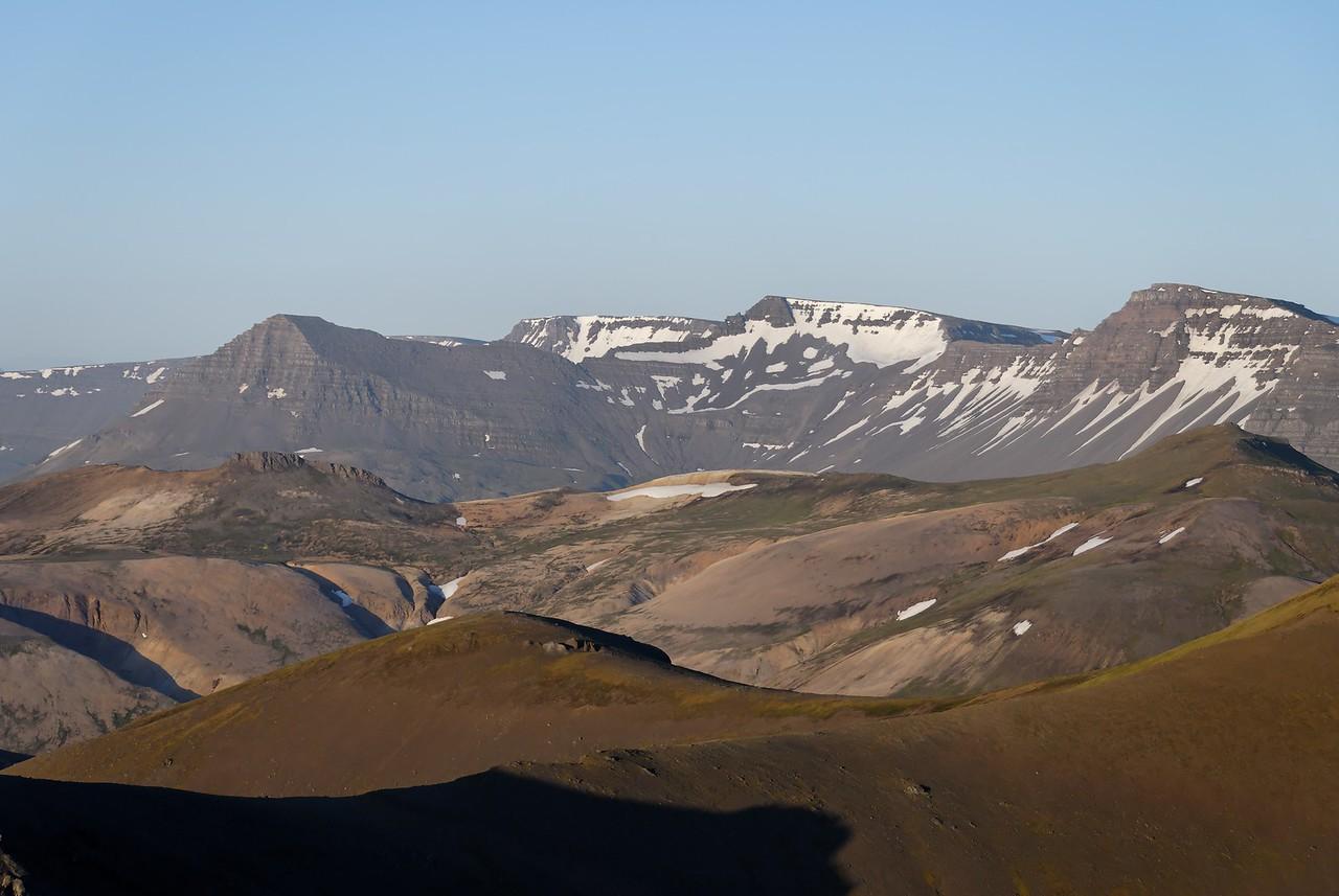 22:08 Skarðsheiðin, Skessuhorn lengst til vinstri, Heiðarhorn lengst til hægri.