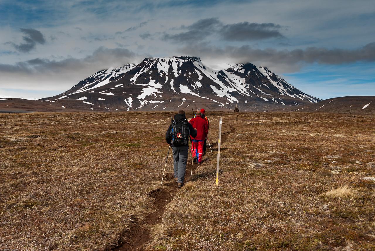 12:00 Á ferð eftir stígnum í átt að skálanum í Þverbrekknamúla, hann er þarna rétt hinum megin við kambinn.