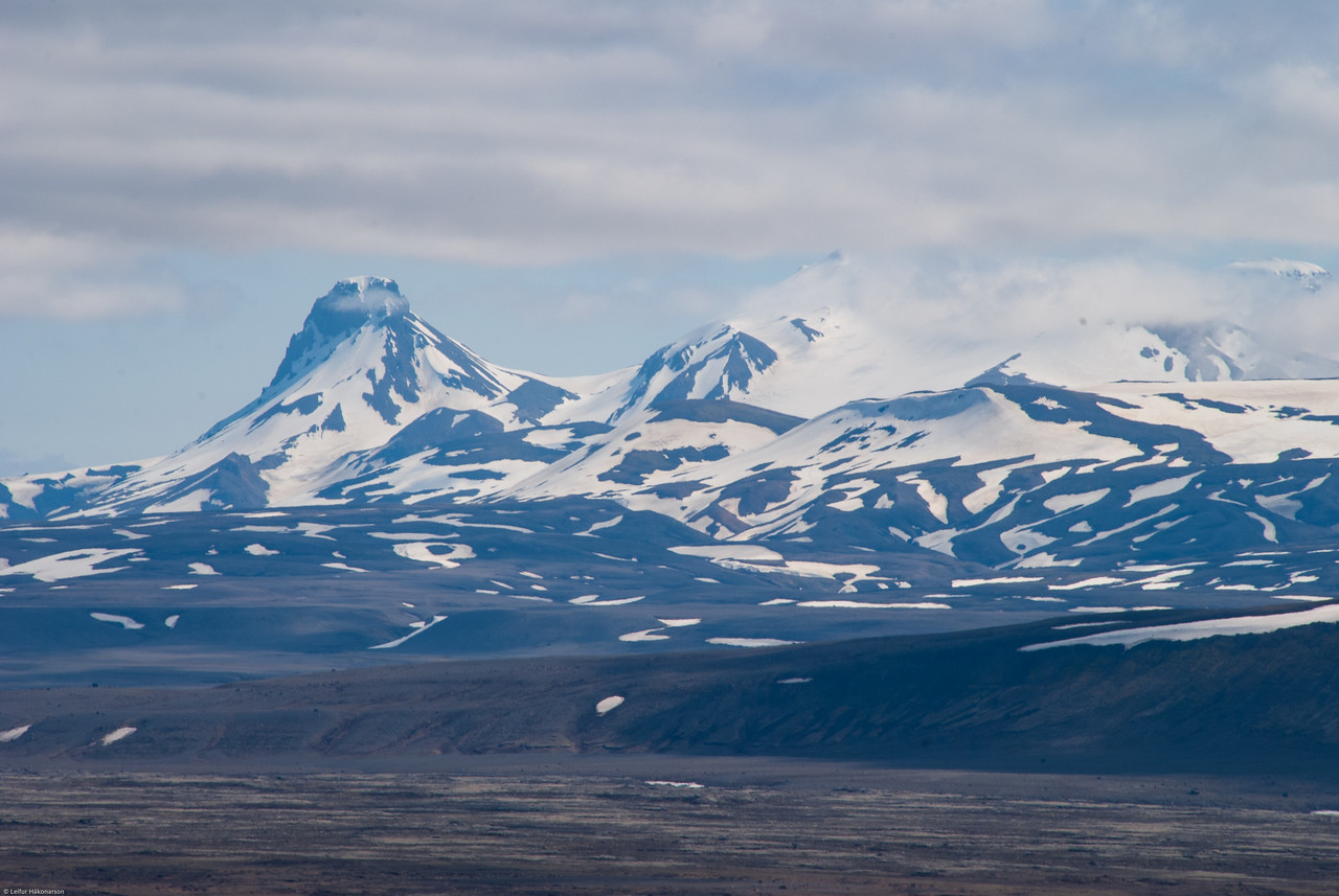 13:02 Síðustu skýjaslæðurnar að bráðna af Kerlingarfjöllum.