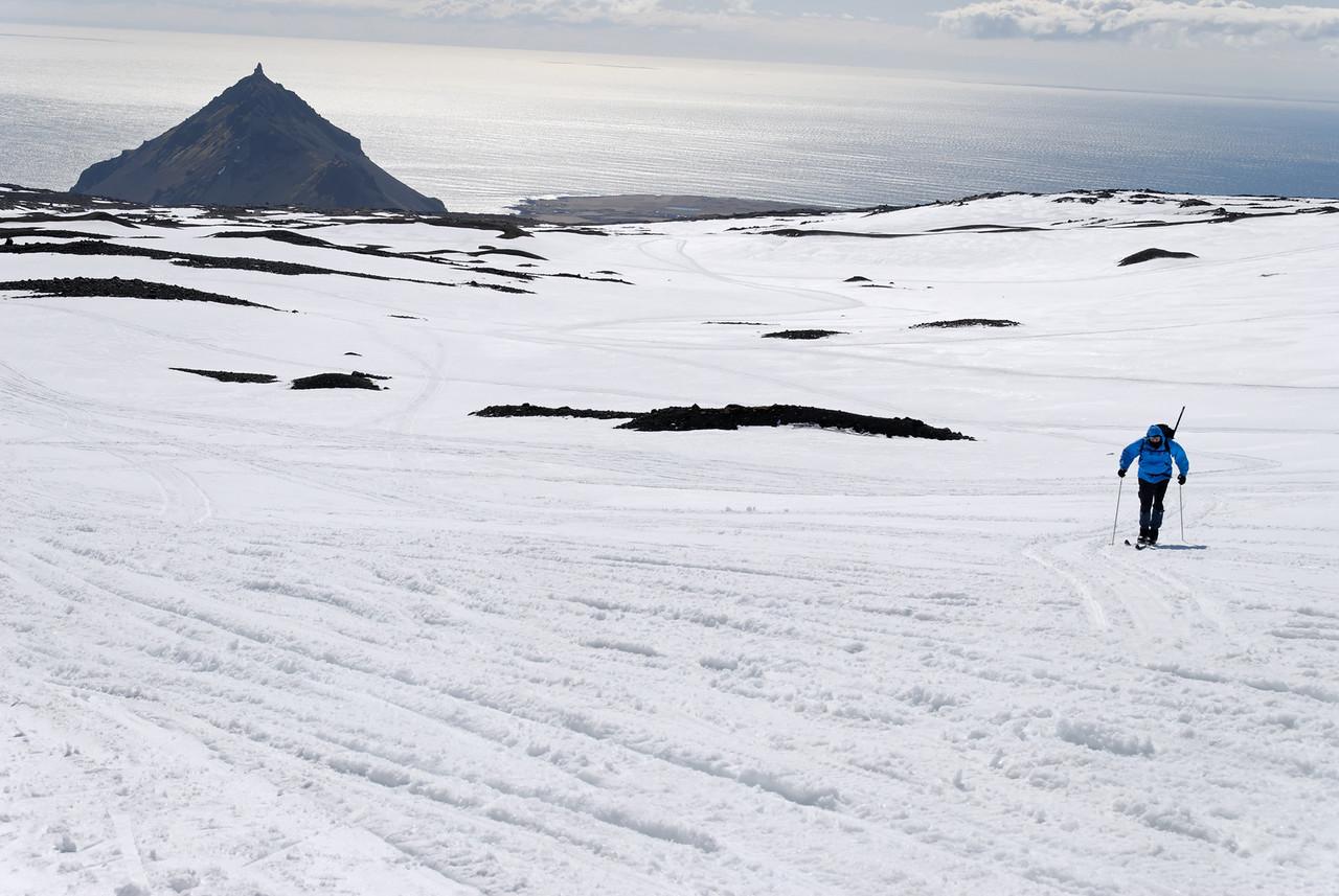 11:58 Þorsteinn spreytir sig á ´kíðunum, þetta var hans fyrsta skíðaferð. Stapafell í baksýn.