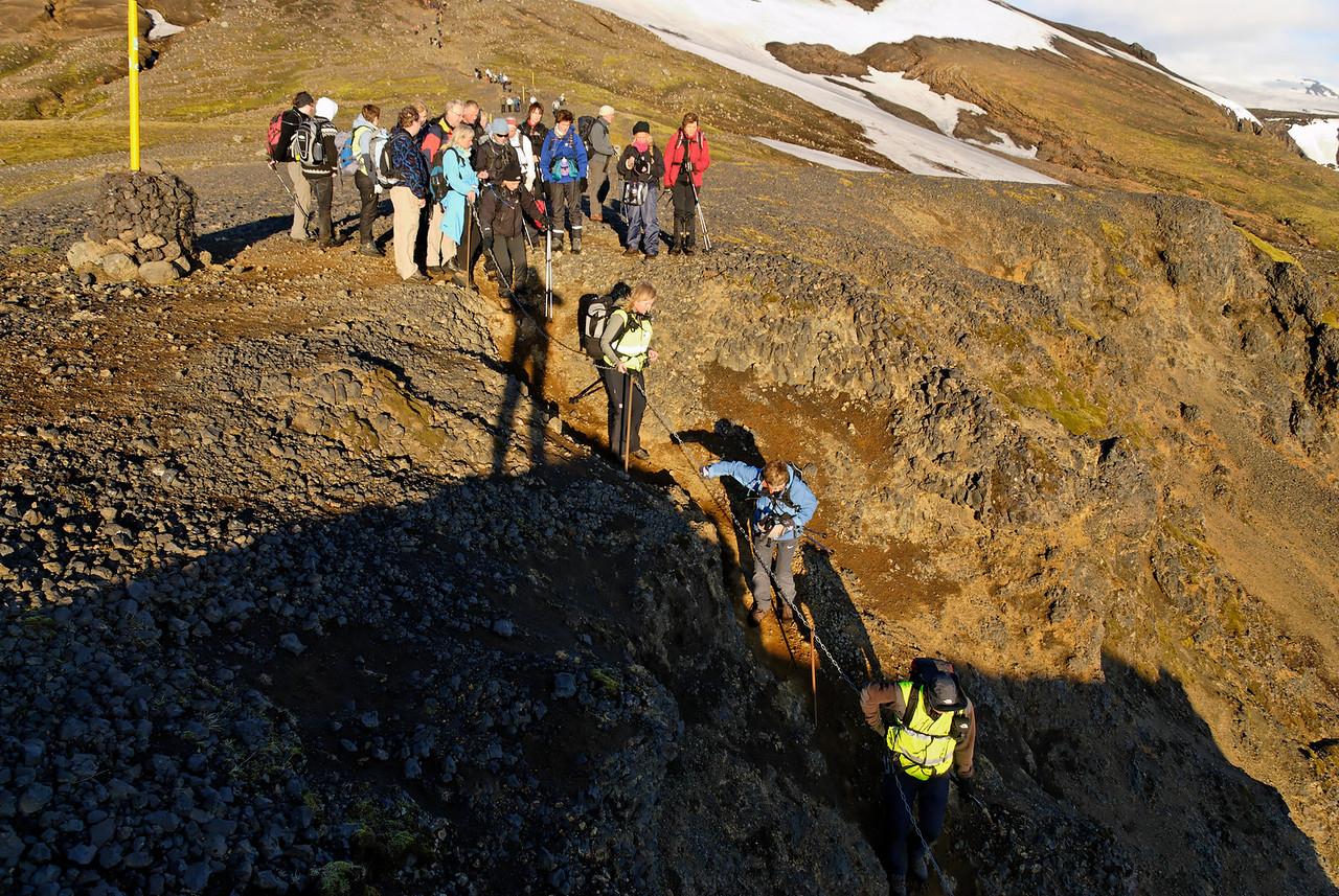 04:59 - Oddur leiðir þá fyrstu niður eftir keðjunni.